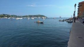 Promenade und blaues Wasser im Villefranche-sur-Mer stock video