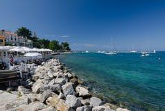 Promenade und Hafen in Novigrad, Kroatien, Europa stockbild
