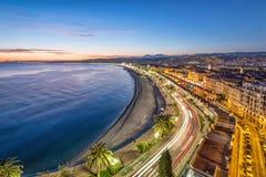 Promenade und Küste des Azurblaus an der Dämmerung in Nizza Stockfotografie