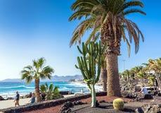 Promenade und Küstenlinie in Puerto Del Carmen, Lanzarote, Spanien Lizenzfreies Stockbild