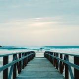 Promenade und Mann, die ein Foto auf dem Strand machen Stockbild