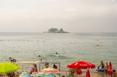 Promenade und Strand von Petrovac und die Insel der Karwoche in Montenegro Stockfoto