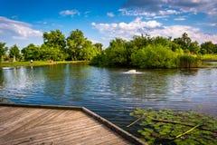 Promenade und Teich bei Patterson Park in Baltimore, Maryland lizenzfreie stockfotografie