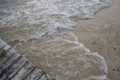 Promenade und Wellen lizenzfreie stockfotografie