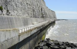Promenade unter Klippe nahe Brighton sussex england Lizenzfreies Stockfoto
