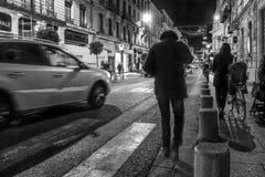 Promenade urbaine de nuit photos stock