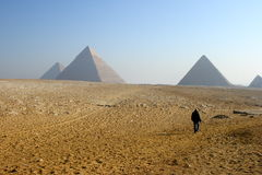 Promenade vers des pyramides Image libre de droits