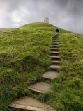 Promenade vers le haut de massif de roche de Glastonbury Image stock