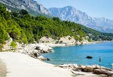 Promenade von Brela bei Makarska Rivier, Biokova-Berge in der Rückseite Lizenzfreie Stockfotografie