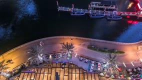 'promenade' y canal en el puerto deportivo de Dubai con los rascacielos y los yates de lujo alrededor del timelapse de la noche,  almacen de video
