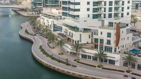 'promenade' y canal en el puerto deportivo de Dubai con los rascacielos y los yates de lujo alrededor del timelapse, United Arab  almacen de metraje de vídeo