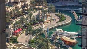 'promenade' y canal en timelapse del puerto deportivo de Dubai con los barcos alrededor, United Arab Emirates almacen de video