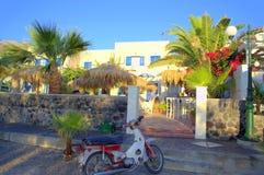 'promenade' y moto, Santorini de Kamari Fotos de archivo