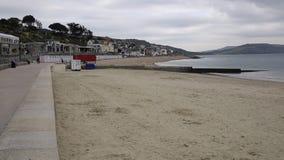 'promenade' y playa Lyme Regis Dorset England Reino Unido metrajes