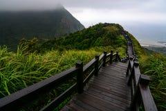 Promenade zu einer Unterlassung auf der Küste von Jiufen entlang dem Yinyang-Meer in Nordost-Taiwan Stockbild