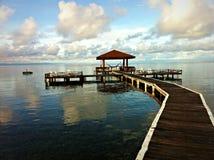 Promenade zur Hütte, die den Ozean übersieht Stockbilder