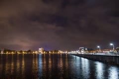 Promenadebrug in nacht stock fotografie