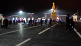 Promenades brouillées de foule autour de la place même de nouvelle année banque de vidéos