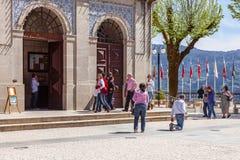 Promenades dévottes le chemin pénitent sur des genoux autour de l'église Photos stock