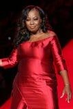 Promenades de Jones d'étoile la piste au rouge d'aller pour la collection rouge 2015 de robe de femmes Photographie stock libre de droits