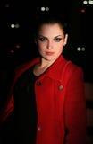 promenades de nuit de ville de brunette photographie stock libre de droits