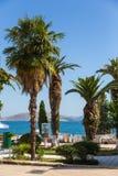 Promenadestraat met palmen in Saranda-stad, Albanië stock foto
