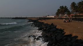 Promenadestrand, het Strand van Rotspondicherry, in Pondicherry, Tamil Nadu, India stock video