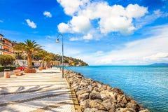 Promenadestrandboulevard in Porto Santo Stefano, Argentario, Toscanië, Italië. royalty-vrije stock afbeeldingen