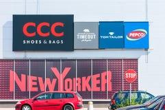 Promenady centrum handlowego wejście, kolorowi logowie na budynku Zdjęcie Stock