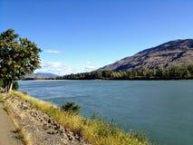 Promenera banorna av den norr Thompson floden i Kamloops, British Columbia, Kanada på en härlig solig nedgångdag royaltyfria bilder