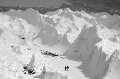Promenera den Khumbu glaciären, Nepal, Everest baslägerregion Royaltyfri Fotografi
