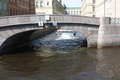 Promenera floderna och kanalerna av St Petersburg royaltyfri foto