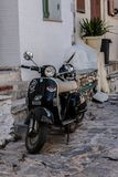 Promenera gatorna av Skiathos arkivbild
