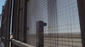 Promenera gränsstaketet på den USA- och Mexico gränsen stock video