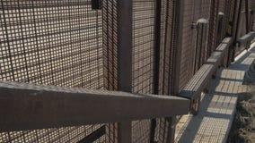 Promenera gränsstaketet på den USA- och Mexico gränsen 2 lager videofilmer