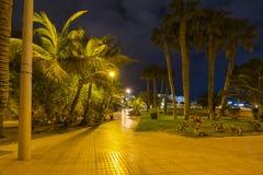 Promenera i Costa Adeje på natten, Tenerife, kanariefågelöar, Spanien arkivbild