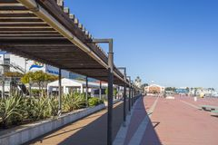 Promenera i port av El Grao, maritimt område Castellon Spanien royaltyfria foton