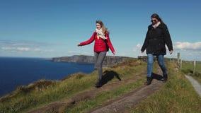 Promenera klipporna av Moher i Irland arkivfilmer