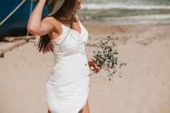 Promenera stranden som väljer lösa växter royaltyfri foto