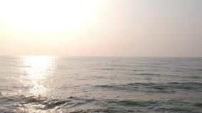 Promenerar vaggar stranden, den Pondicherry stranden, i Pondicherry, Tamil Nadu, Indien arkivfilmer