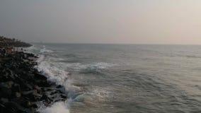 Promenerar vaggar stranden, den Pondicherry stranden, i Pondicherry, Tamil Nadu, Indien lager videofilmer