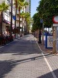 Promenieren Sie mit den Restaurants, die den ruhigen Strand im November in Marbella Andalusien Spanien übersehen Stockbilder
