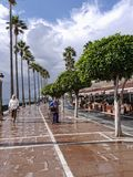 Promenieren Sie mit den Shops, die den ruhigen Strand im November in Marbella Andalusien Spanien übersehen Lizenzfreie Stockfotos