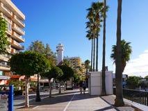 Promenieren Sie mit den Shops, die den ruhigen Strand im November in Marbella Andalusien Spanien übersehen Stockbild
