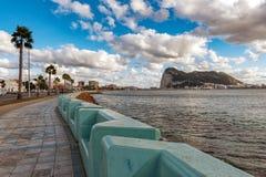 Promenieren Sie an spanischer La Linea-Stadt mit Stadt und Felsen von Gibraltar auf einem Hintergrund Lizenzfreie Stockfotografie