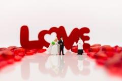 Promesses entre les hommes et les femmes le jour du mariage, avec le texte LOV Photographie stock libre de droits