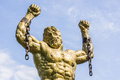 Prometheus雕象与残破的链子的 图库摄影