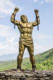 Prometheus雕象与残破的链子的 库存图片