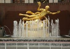 Prometheus雕象在洛克菲勒中心更低的广场的在曼哈顿中城 免版税图库摄影