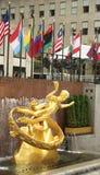 Prometheus雕象在洛克菲勒中心更低的广场的在曼哈顿中城 库存照片